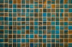 Blaue und braune Fliesenwand stockfoto