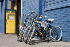 Blaue und gelbe Fahrräder in New York Stockbild