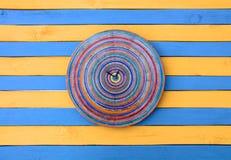 Blaue und gelbe gestreifte hölzerne Beschaffenheitsoberfläche der kreativen Uhr der Weinlese Lizenzfreie Stockfotografie