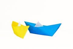 Blaue und gelbe Papierboote lokalisiert Lizenzfreies Stockfoto