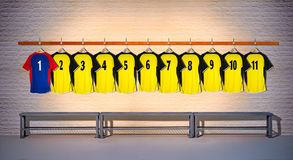 Blaue und gelbe Reihe von Fußball-Hemden 1-111 Stockfoto