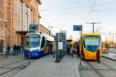 Blaue und gelbe Straßenbahn in Frankreich Lizenzfreie Stockfotografie