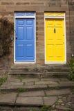 Blaue und gelbe Tür Lizenzfreie Stockbilder
