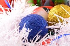 Blaue und gelbe Weihnachtsbälle Stockfotografie
