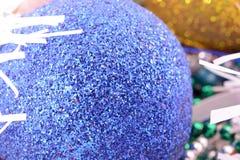 Blaue und gelbe Weihnachtsbälle, Dekoration des neuen Jahres Stockbild