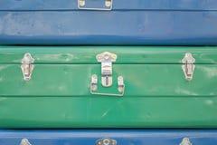 Blaue und grüne Kästen mit Zusatznahaufnahme Raue Oberflächen-Beschaffenheit lizenzfreie stockbilder