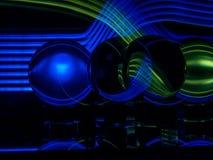 Blaue und grüne Lichtwellen Quer im Hintergrund und im Lenballs sich reflektieren lizenzfreie stockfotografie