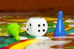 Blaue und grüne Plastikchips würfeln und Brettspiele für Kinder Lizenzfreie Stockfotos