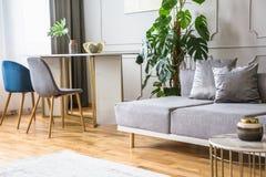 Blaue und graue Dekorationen im Wohnzimmer lizenzfreie stockbilder