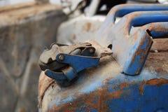 Blaue und graue Dosen mit Treibstoff oder Diesel lizenzfreies stockfoto