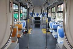 Blaue und graue Sitze für Passagiere im Saal des leeren Stadtbusses stockfoto
