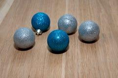 Blaue und graue Weihnachtsbälle Lizenzfreies Stockfoto