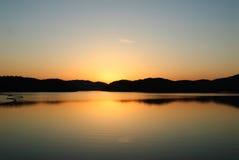 Blaue und orange Abstufung des Sonnenuntergangs auf dem JINYANG-See Lizenzfreie Stockbilder