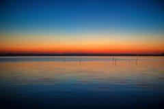 Blaue und orange Abstufung des Sonnenuntergangs auf dem See Kasumigaura Lizenzfreie Stockfotografie