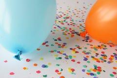 Blaue und orange Ballone mit Confetti lizenzfreies stockbild