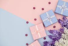 Blaue und rosa Geschenkbox auf Ton zwei mit Blume stockbilder