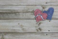 Blaue und rosa Herzen, die am Seil hängen Lizenzfreies Stockfoto