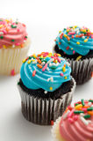 Blaue und rosa Ostern-Muffins mit besprüht Stockfoto