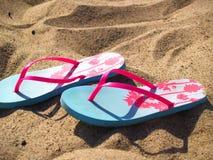 Blaue und rosa Purzelbäume auf sandigem Strand Stockfoto