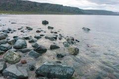 Blaue und rosa Steine auf der Küste des Barentssees, Finnmark, Norwegen Lizenzfreies Stockbild