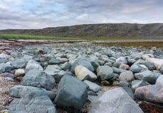 Blaue und rosa Steine auf der Küste des Barentssees, Finnmark, Norwegen Lizenzfreie Stockfotos