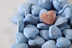 Blaue und rosafarbene Valentinsgrußsüßigkeitinnere stockfotos