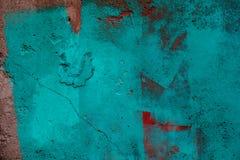 Blaue und rote Farbenanschläge auf Schmutzbetonmauer Lizenzfreie Stockfotografie