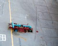 Blaue und rote industrielle Rohre Lizenzfreie Stockbilder