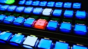 Blaue und rote Knöpfe des Fernsehvideomischers Lizenzfreie Stockfotografie
