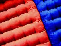 Blaue und rote Matratzen Stockfotografie