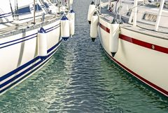 Blaue und rote Motorboote im Jachthafen lizenzfreie stockbilder