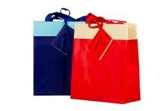 Blaue und rote Papiertüten für Geschenke auf Weiß Lizenzfreies Stockbild