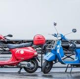 Blaue und rote Roller über undeutlichem weißem Bahnsymbol blauer, weißer und roter Frankreich-Flagge Lizenzfreie Stockfotografie