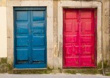 Blaue und rote Türen Porto Portugal Lizenzfreie Stockfotografie