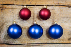 Blaue und rote Weihnachtskugeln Stockbild