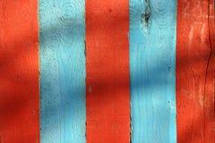 Blaue und rote Zaunbretter lizenzfreies stockfoto