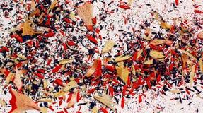Blaue und rote Zeichenstiftschnitzelnahaufnahme Lizenzfreies Stockfoto