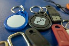 Blaue und schwarze Chipschlüssel von der Wechselsprechanlage oder vom doorphone stockfotografie