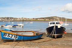 Blaue und schwarze Fischerboote bei Conwy beherbergten Stockbilder