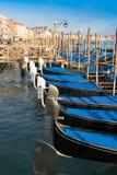 Blaue und schwarze Gondeln auf Kanal Lizenzfreies Stockfoto