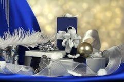Blaue und silberne Geschenkanordnung Lizenzfreie Stockfotos