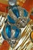 Blaue und silberne hängende Glaslaternen im Detail lizenzfreies stockfoto