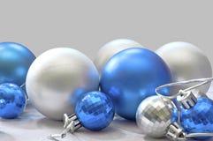 Blaue und silberne Kugeln Stockfoto