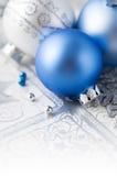 Blaue und silberne Weihnachtsdekoration auf Feiertagsba Lizenzfreies Stockfoto