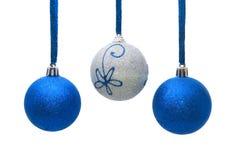 Blaue und silberne Weihnachtskugeln getrennt auf Weiß Lizenzfreie Stockfotografie