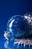 Blaue und silberne Weihnachtsverzierungen auf dunkelblauem Hintergrund Stockfotos