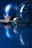Blaue und silberne Weihnachtsverzierungen auf dunkelblauem Hintergrund Lizenzfreies Stockbild