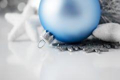 Blaue und silberne Weihnachtsverzierungen auf weißem Hintergrund Lizenzfreies Stockbild