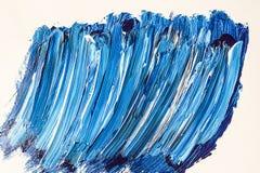 Blaue und weiße Acrylbürstenanschläge Stockfoto