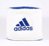 Blaue und weiße Adidas-Manschette - lokalisiert Stockfoto
